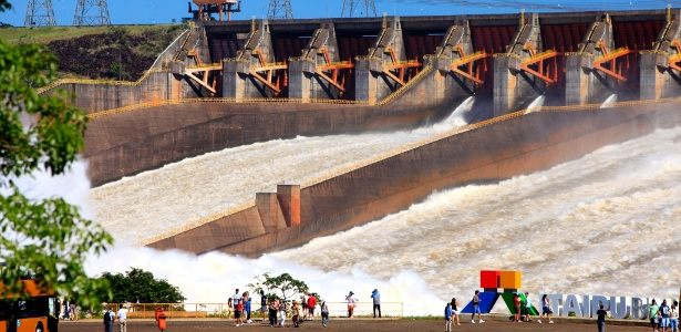 as-comportas-da-usina-hidreletrica-de-itaipu-no-pr-foram-abertas-na-noite-de-sexta-feira-16-para-reduzir-o-nivel-do-reservatorio-elevado-pelo-excesso-de-chuvas-n