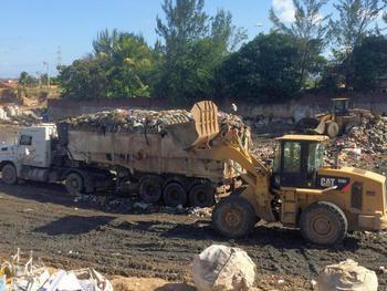 Caminhões descartam resíduos em área de transbordo de lixão, em Fortaleza (CE). Crédito: Igor Reis de Albuquerque/ICLEI