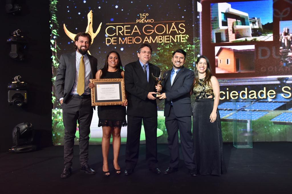 Rogério Araújo (c), conselheiro e presidente da Aeago, entregou o prêmio à equipe da Sociedade Resíduo Zero
